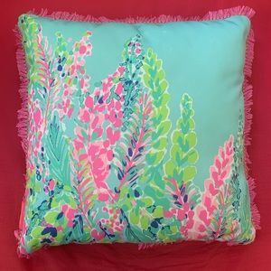 Square patterned pillow